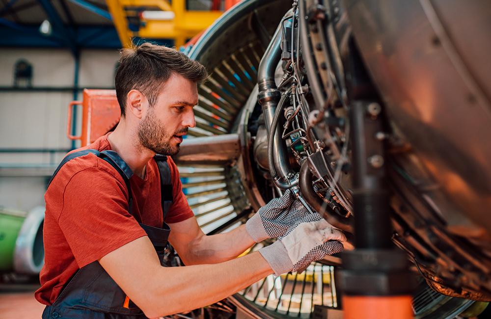 Mécanicien révision moteur